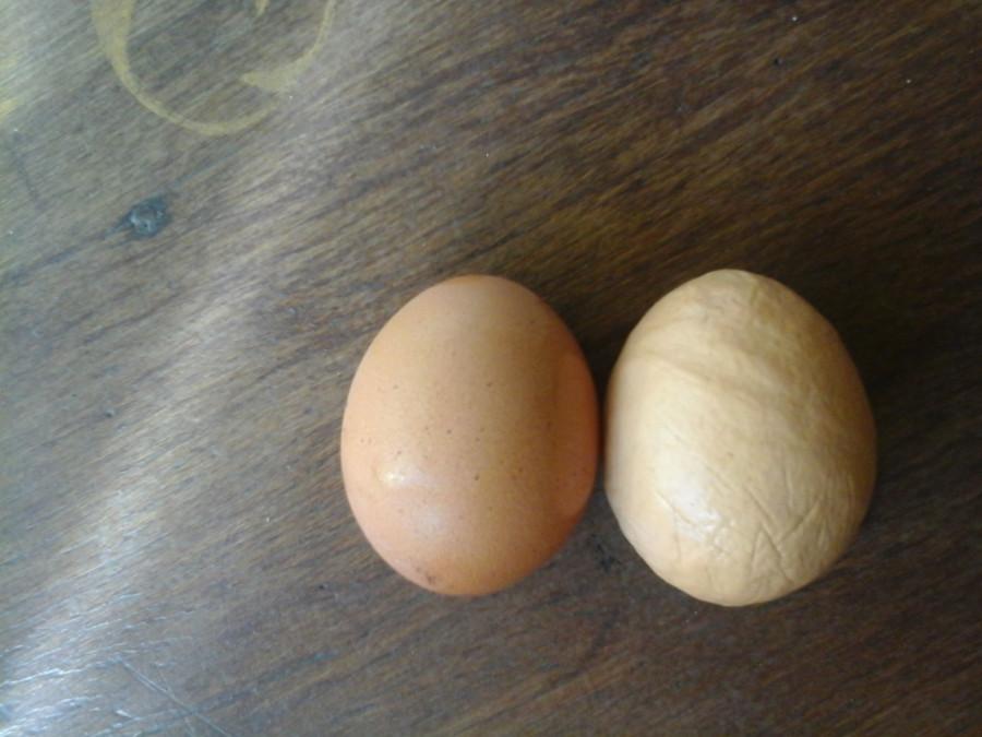 мнёт яйца видео