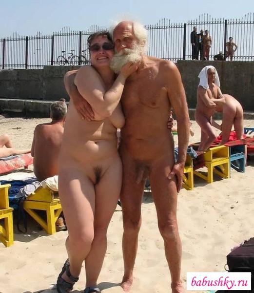 stariki-na-plyazhe-porno