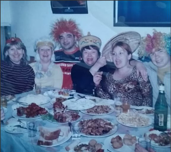 """слева направо: """"моя Надя приехала"""", какая-то баба, наш муж, Таня, я в соломенной шляпке и мой юный фаворит с .другого конца стола."""