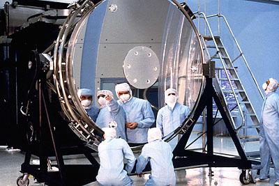 "Рис. 5.6 Главное зеркало телескопа ""Хаббл"""
