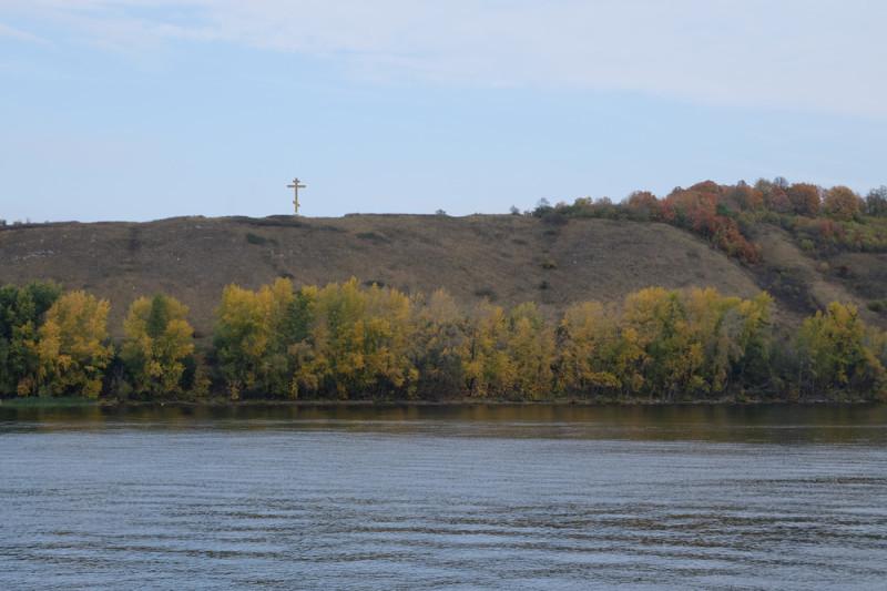 Два года назад на ближайшем к монастырю и селу холме установили большой поклонный крест.