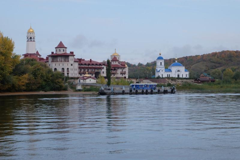 С воды монастырь смотрится очень красиво и достойно, действительно чем-то напоминает настоящий Афон.