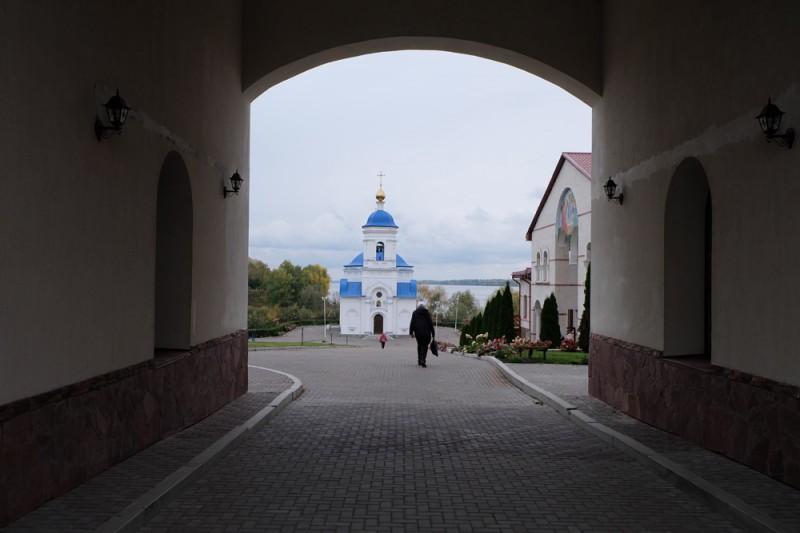 Под высокой аркой колокольни. Казанская церковь - единственное историческое сооружение на территории монастыря.
