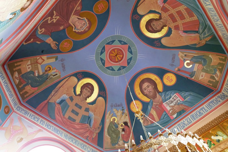 В Казанском храме я бывал и раньше. Почти все росписи в нём новые. В советское время его использовали как зернохранилище, столовую, а в дальнейшем как хлев.
