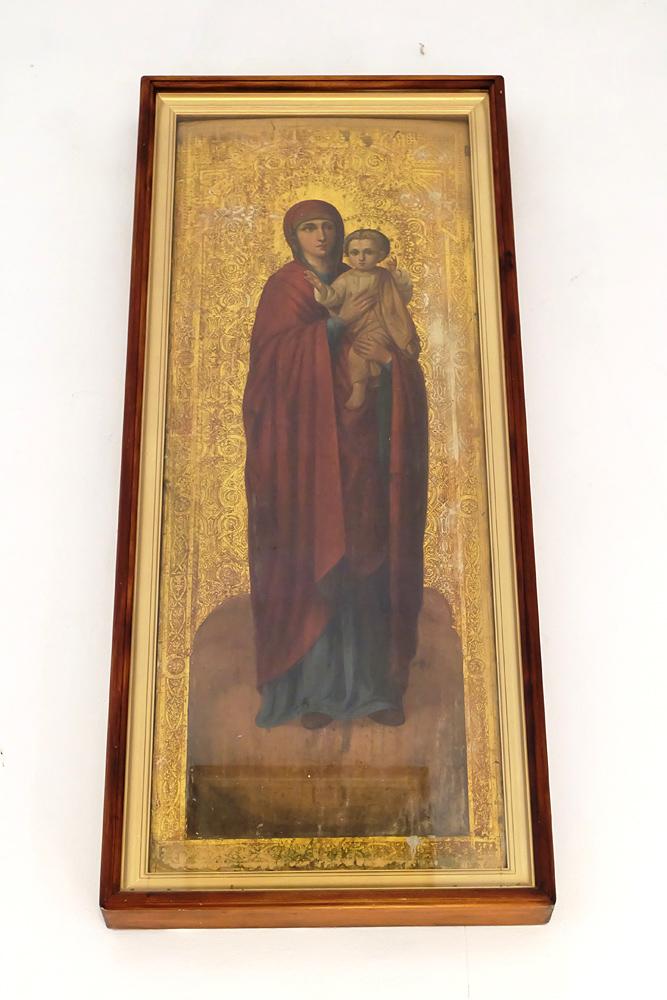 У входа одна из двух икон, которые уцелели после революции.