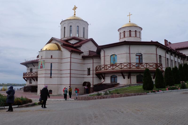 Вид на Троицкий собор и храм Сергия Радонежского. Туда и направляемся дальше.