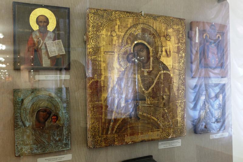 В музее хранятся уникальные иконы 19 века, церковная утварь, одежда священнослужителей, подлинная митра святого патриарха Тихона.
