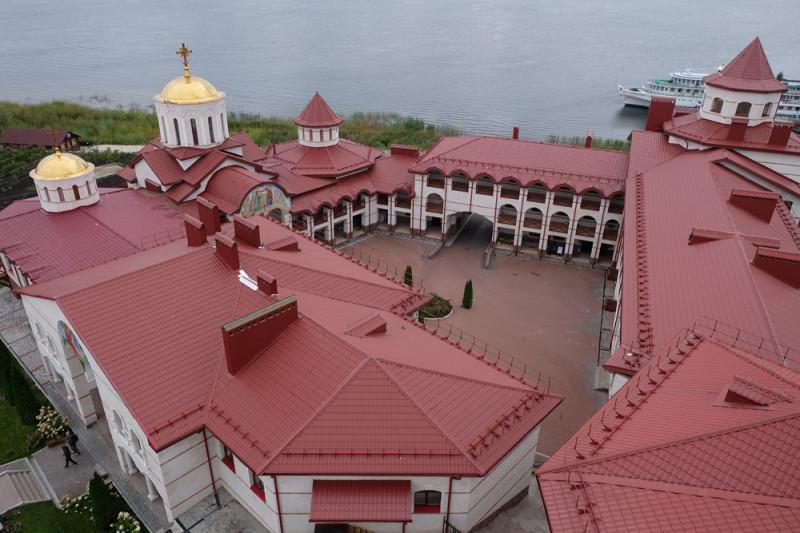 Виды сверху. Монастырский дворик, куда посторонних не пускают.