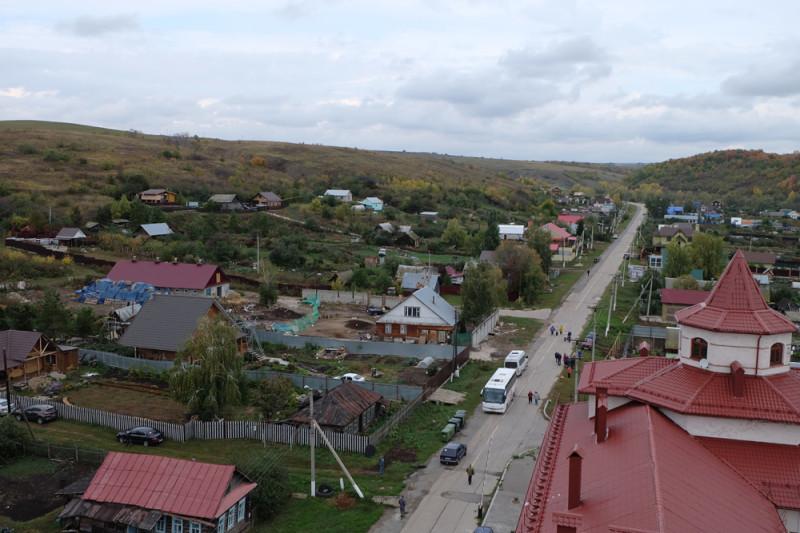 Виды на село Винновку. Дорога уходит в глубину Самарской Луки. На автомобиле сюда можно добраться через плотину Жигулёвской ГЭС.