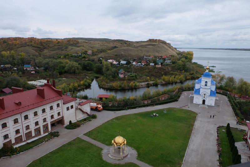 Двор с Казанской церковью и холм с поклонным крестом.