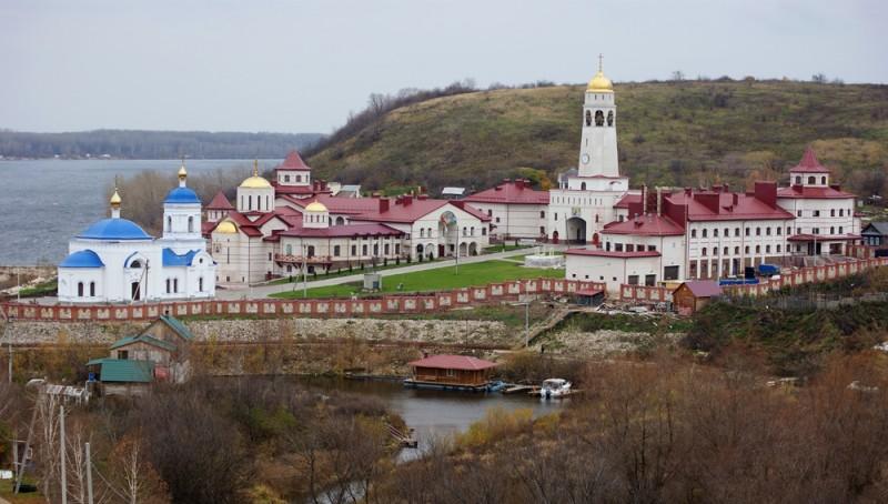 А так монастырь выглядит с холма с крестом.