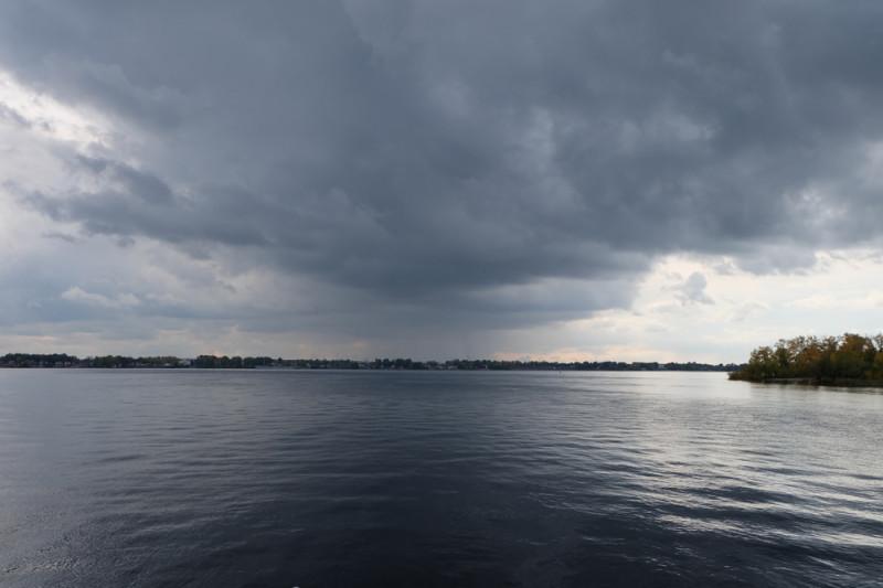 Всю дорогу до Самары наш кораблик преследовали дождевые тучи, а уже в городе разверзлись хляби небесные)