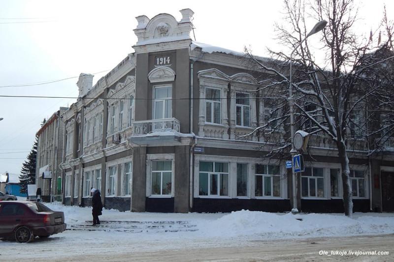 Еще одно примечательное здание на Комсомольской. Бывшее здание Городской управы (ныне районная администрация) с элементами модерна построено по заказу купцов Носковых.