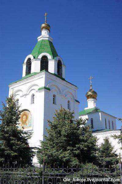 При въезде в центр с северо-востока Андреевская церковь. Похоже, что современная постройка. До революции в Марксе также была православная церковь.