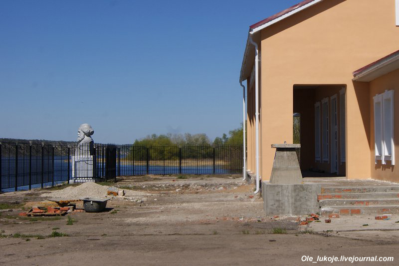 Бюст Маркса у речного вокзала. Близко не подойти, со всех сторон решётка, а на территории продолжаются ремонтные работы.