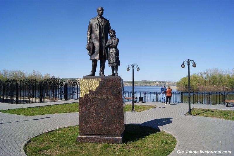 Памятник Ф. Нансену - норвежскому путешественнику и первопроходцу.