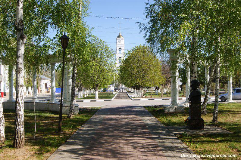 Посмотрев назад, можно разглядеть колокольню главной церкви. Туда ещё вернёмся.