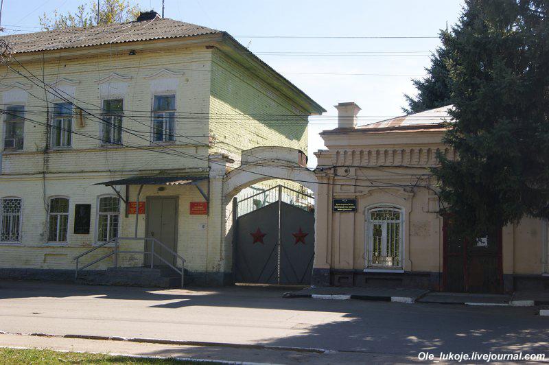 Дореволюционная застройка проспекта Ленина. Справа в одноэтажном доме раньше находилась старая аптека.