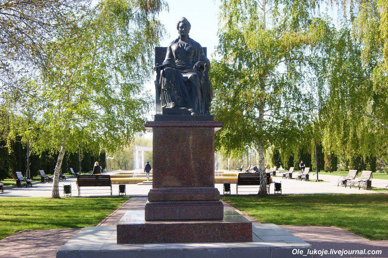 В конце бульвара восстановленный памятник Екатерине II, по чьей инициативе и был основан Маркс. Впервые памятник императрице поставили в 1851 году, но коммунисты его демонтировали в начале 1930-х.