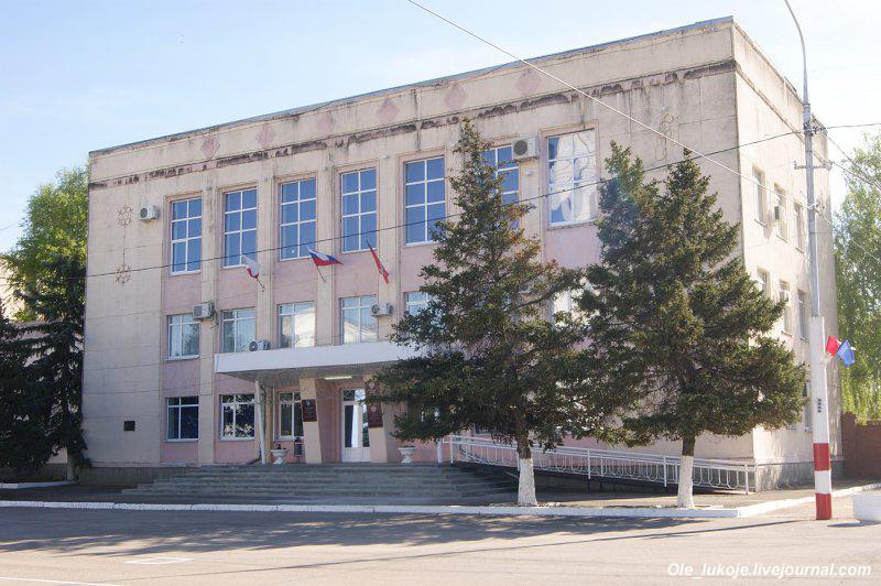 На главной площади несколько зданий, занятых администрациями района и города.
