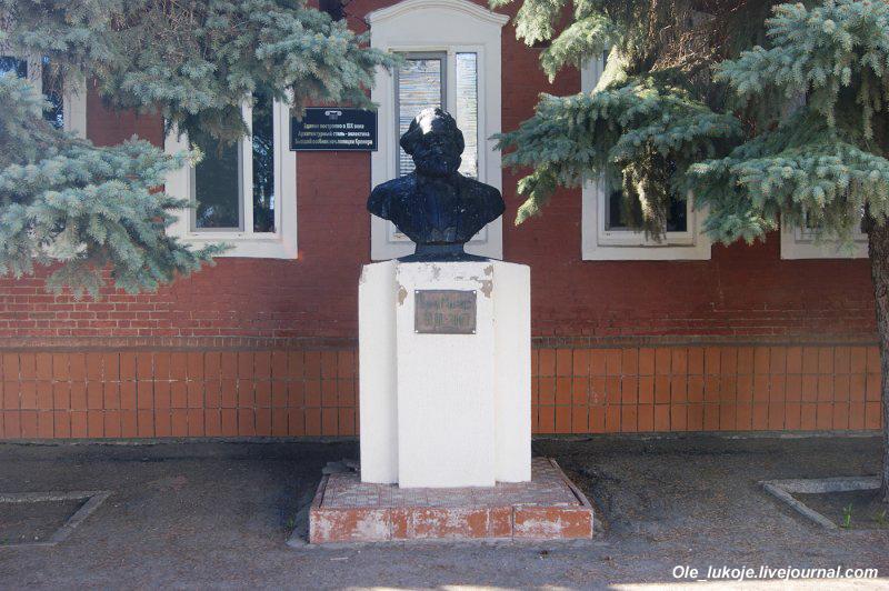 Ещё один бюст Карла Маркса - у бывшего особняка начальника полиции Кремера, в котором сегодня располагается отдел государственной статистики.