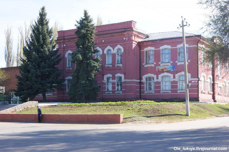Здание детской школы искусств - памятник архитектуры, бывшая мужская гимназия.