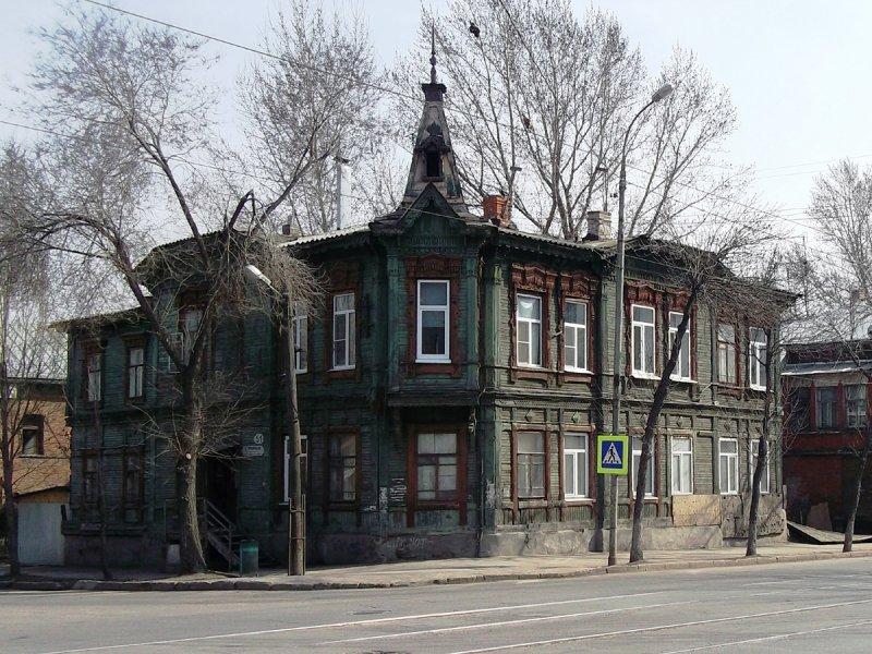 Дом рыбинского мещанина Александра Евсеева на углу Фрунзе и Комсомольской. Я не был уверен, что дом еще жив, однако цел пока, и это радует, т.к. это один из самых выразительных чисто деревянных домов.