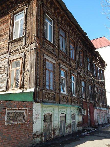 Рядом на Комсомольской трехэтажный дом Вырыпаевых. Если быть точным, дом имеет два этажа и каменный цокольный этаж.