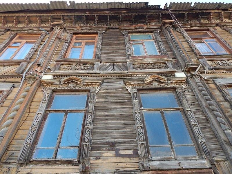 Декор включает элементы барокко, например имитации колонн. Состояние дома далеко от идеального, нужен ремонт.