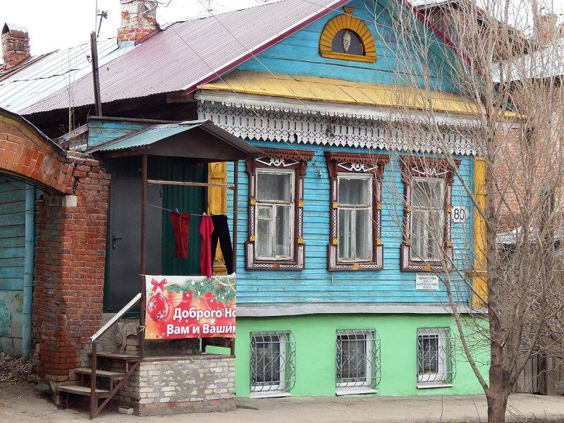 На Пионерской улице также есть приметные деревянные дома, как одноэтажные (иногда с цоколем, как этот)...