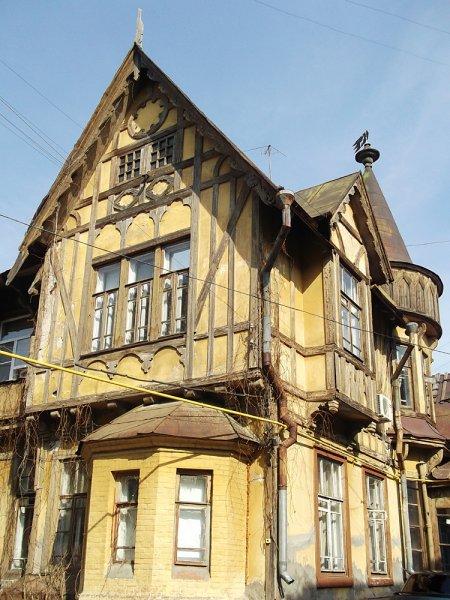 Фахверковый дом на улице Фрунзе цел и невредим, он совсем не изменился за несколько лет. Построил его в 1903 году немецкий еврей О.Гиршфельд, знакомый с работающим тогда в Самаре молодым В.И. Ульяновым.