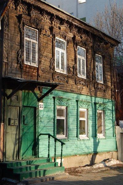 Характерный пример двухэтажного дома в начале улицы Ленинской. Наиболее интересная и красивая резьба на втором этаже.