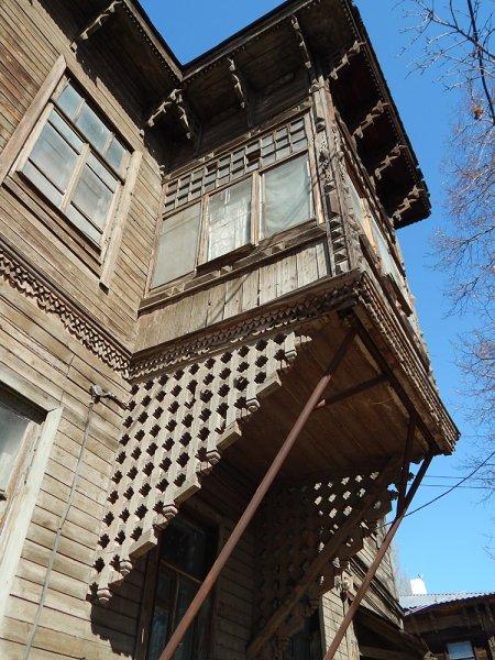 Улица Ленинская. Чтобы не развалился резной балкон, соорудили металлические подпорки.