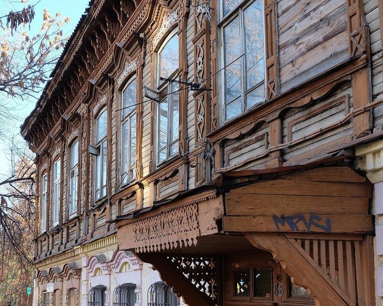 На параллельной улице Садовой. Этот дом прославился тем, что в нем жил В.В. Куйбышев, в честь которого коммунисты переименовали Самару на некоторое время.