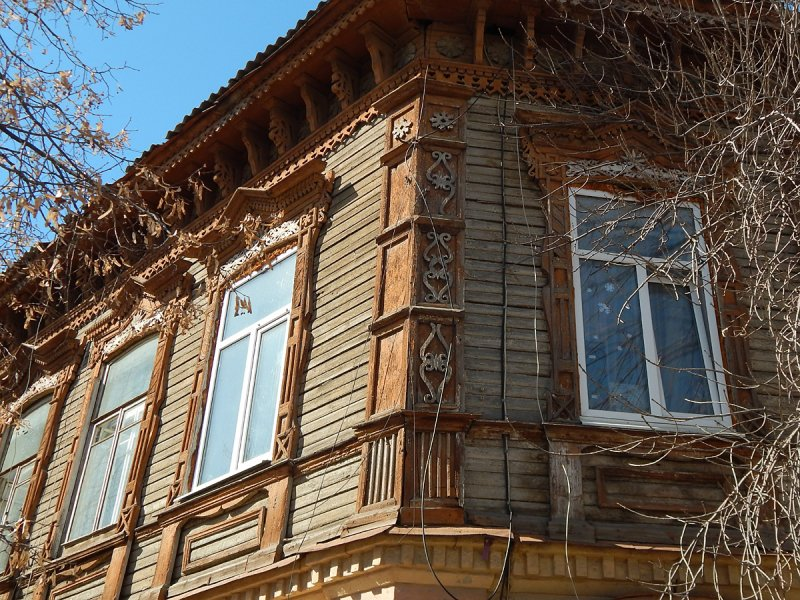 Деревянный второй этаж с украшенными наличниками в неплохом состоянии, был ремонт.