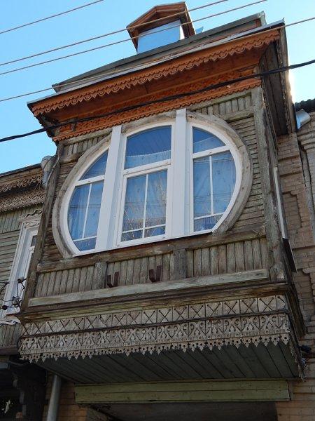 Модерновый балкончик на доме №103 по улице Садовой.
