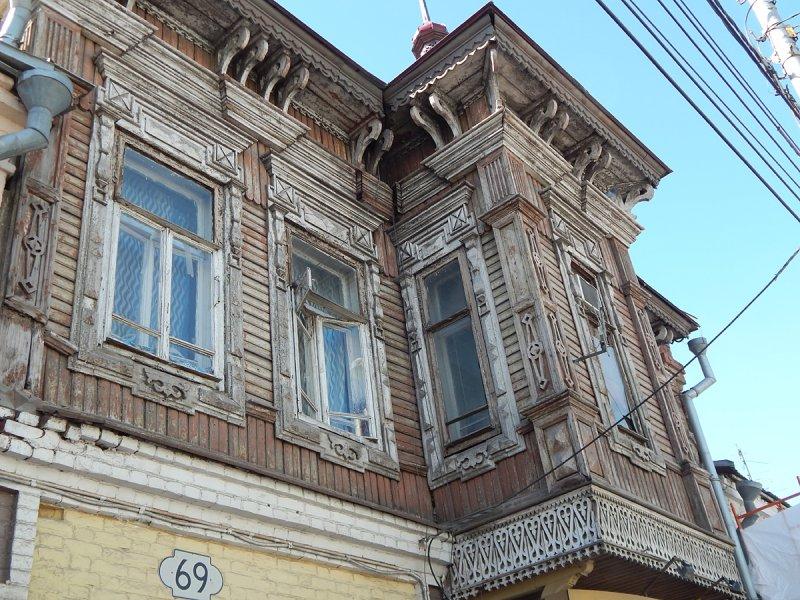 Теперь пойдем по улице Льва Толстого. Дом 69 без изощренной резьбы, но с балконом и башенкой по центру - еще один тип самарских деревянных домов.