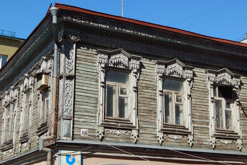 Похожий дом спрятался во дворах улицы Молодогвардейской, также недалеко от Льва Толстого.
