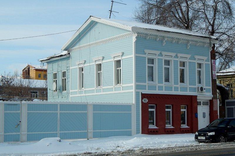 На Галактионовской улице привели в порядок целый квартал, многие дома здесь деревянные. Подновили заборы, фасады. Этот дом и раньше был без особых украшений, а вот некоторые другие изуродовали, превратив в псевдофахверк.