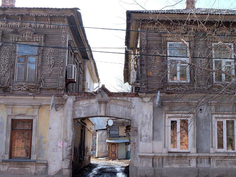 Начало улицы Братьев Коростелевых, угол возле железнодорожной линии. Два каменно-деревянных дома, соединенные аркой.