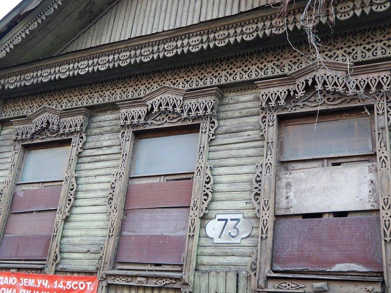 Недалеко на Венцека уже нежилой дом. Весь покосился, со стороны двора уже падает, а резьба сохранилась.