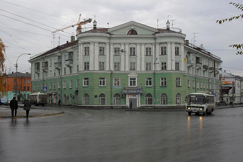 На первом кадре железнодорожный вокзал, появившийся с приходом Транссиба (не первое здание, судя по виду). А здесь мы видим сталинскую застройку Привокзальной площади.