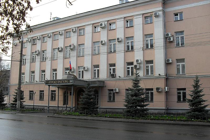 Идем в центр по улице Красина, проходя мимо добротных сталинских домов середины 20 века