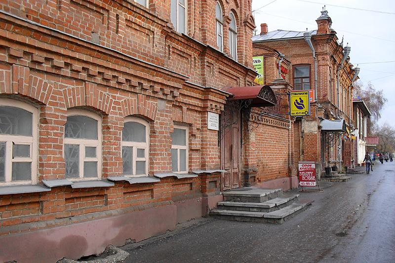 На улице Гоголя уже попадаются симпатичные дореволюционные домики.