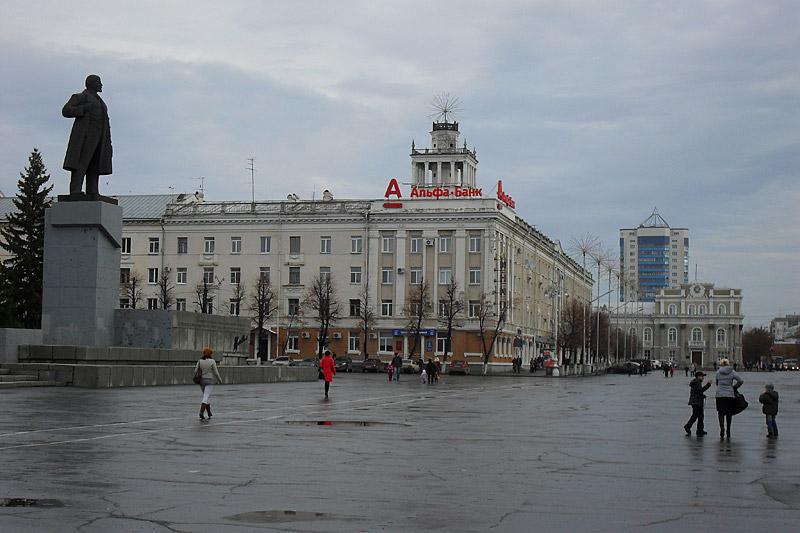 Площадь Ленина поражает своими размерами, особенно контрастируя с тем, что я увидел в городе в дальнейшем.