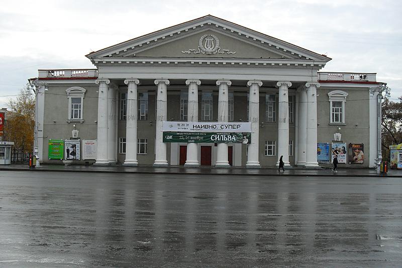 Курганский государственный театр драмы. Как и все остальное на площади Ленина, также наследие советского времени.