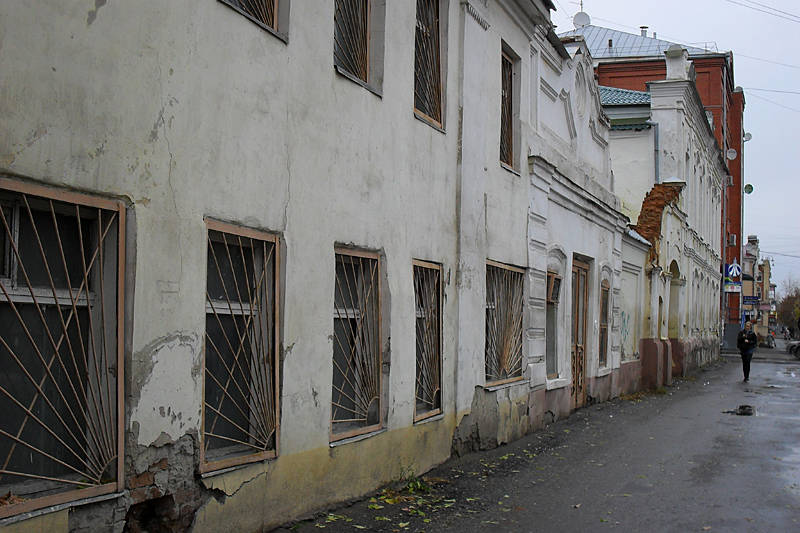 По улице Советской, сохранившей старую уездную застройку дореволюционного Кургана.