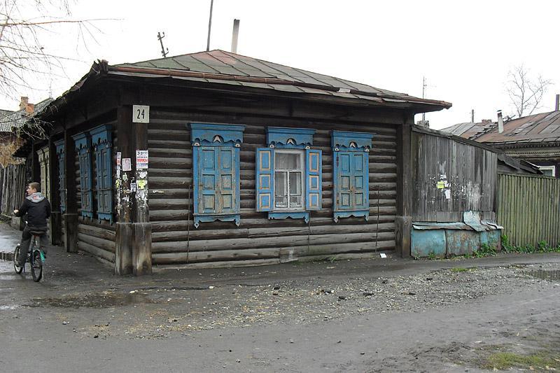 Параллельная улица Куйбышева, расположенная ближе к Тоболу, уже попроще.