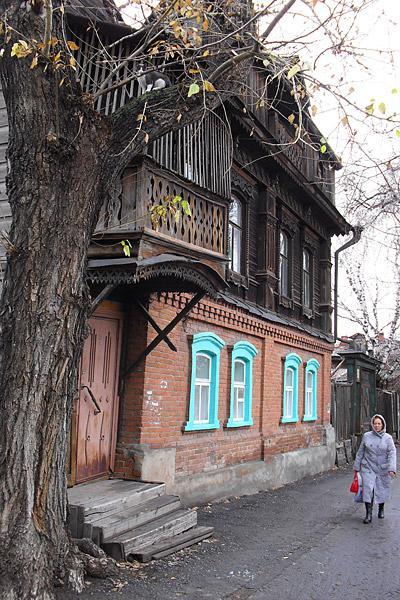 Иногда на Куйбышева попадаются вполне еще добротные дома с каменным первым этажом.