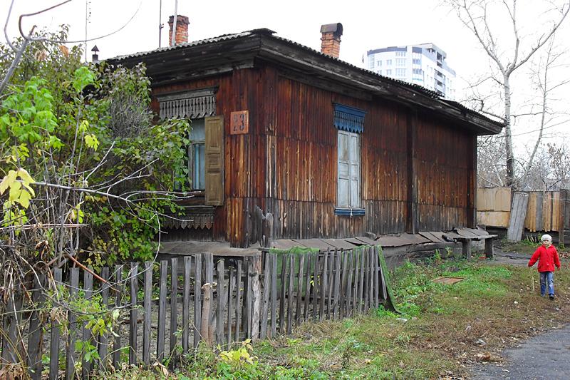 Но ближе к улице Красина, где старый город заканчивается, уже полный аллес. И тут продолжают жить люди, причем не всякие мигранты и гастарбайтеры, как у нас в Самаре, а настоящие русские аборигены.